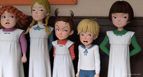 지브리 신작 '아야와 마녀'에서 주인공인 말괄량이 아야(가운데)는 어른들의 마음을 영리하게 사로잡는다. [사진 리틀빅픽처스, 대원미디어]