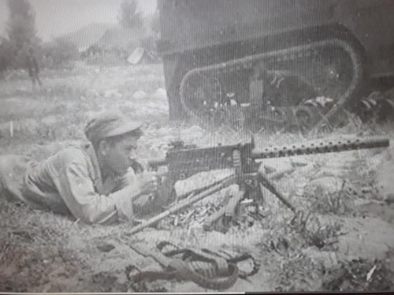미군 213포병대대원들이 포격과 사격을 하고 있다. 중공군과 싸울 때 240명은 총격전과 백병전까지 치렀다.