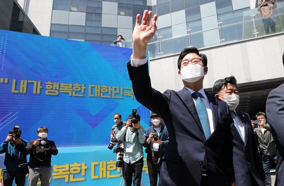 지난달 12일 양승조 충남지사가 세종시 지방자치회관에서 열린 대선출마 회견장에서 지지자에게 인사하고 있다. 연합뉴스