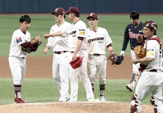 3일 서울 고척스카이돔에서 열린 롯데와 경기에서 승리한 키움 히어로즈 선수들. 김민규 기자