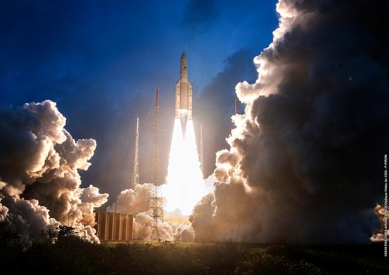 지난 2018년 프랑스령 기아나에서 프랑스 발사체 아리안 5호가 영국과 일본의 통신위성을 싣고 우주로 이륙하고 있다. 이 발사체의 상단 부분에 위성들이 탑재되어 있다. [중앙포토]