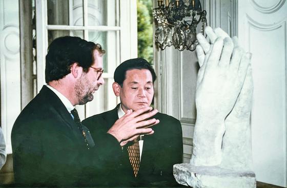 1996년 로댕미술관에서 작품을 관람하고 있는 이건희 회장과 당시 로댕미술관장 자크 빌랭. [사진 이호재]