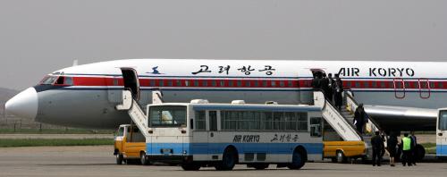 평양 순안국제공항에서 승객들이 고려항공 여객기에 탑승하는 모습. [중앙포토]