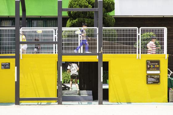 서울 동대문구 동답초의 구령대에는 아이들이 마구 오르내린다. 교장 선생님의 공간이 놀이터가 됐다. [사진 진효숙 작가]