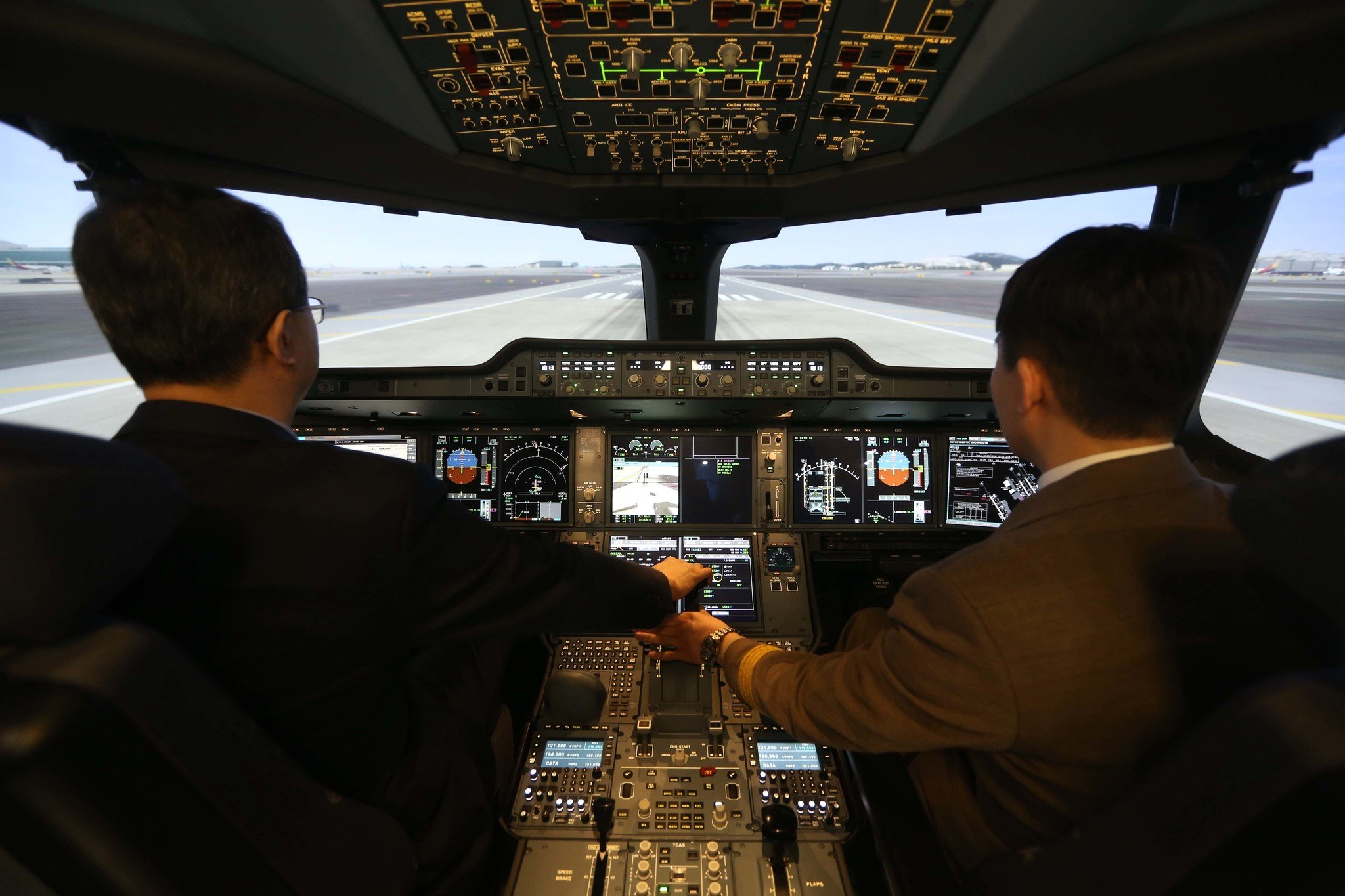 A350-900 시뮬레이터에서 조종 체험을 하고 있는 모습. [중앙일보]
