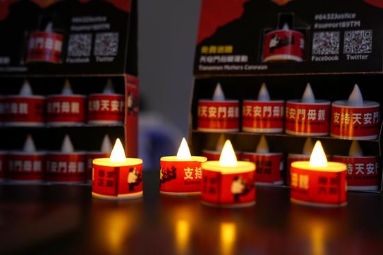 홍콩 6.4 기념관에 전시된 촛불. 32주년 천안문 사태 추모식을 앞두고 홍콩 경찰이 2일 기념관을 폐쇄시켰다. [로이터=연합]