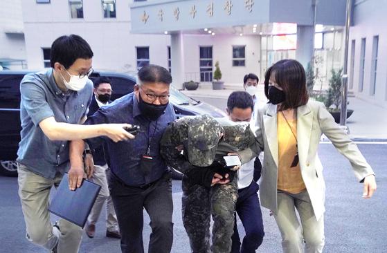 극단적 선택을 한 공군 여성 부사관을 성추행한 혐의를 받는 장 모 중사가 지난 2일 저녁 구속영장실질심사를 받기 위해 국방부 보통군사법원에 압송되고 있다.[연합뉴스]