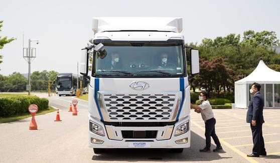 이재명 경기지사(조수석)가 지난 24일 경기도 화성 현대차ㆍ기아기술연구소에서 정의선 현대차그룹 회장(운전석)이 운전대를 잡은 대형 수소전기트럭에 올라탔다. 이 트럭은 현대차가 세계 최초로 양산한 대형 수소전기트럭으로, 최근 스위스 등 해외로 대량 수출되기 시작했다. 경기도청ㆍ현대차그룹 제공