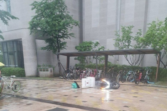 지난 3일 경기 구리시의 한 아파트 단지에서 배달 오토바이 기사가 의문의 줄에 걸려 넘어지는 사고가 나 경찰이 수사에 나섰다. [사진 온라인커뮤니티]