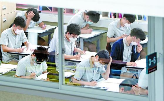 문·이과 통합으로 시행되는 2022학년도 대입수능 첫 모의평가가 치러진 3일 강원 춘천 성수고등학교에서 학생들이 시험을 보고 있다. [연합뉴스]
