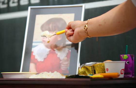 대구지방법원 김천지원 앞에 시민들이 준비한 숨진 여아를 위한 밥상이 차려져 있다. 연합뉴스