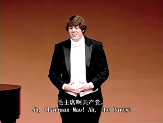 한 미국 미시간대 학생이 중국 공산당을 찬양하는 노래를 부르고 있다. 다큐 '공자라는 미명 하에' 캡처