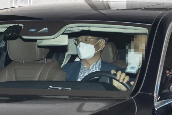 이용구 법무부 차관이 지난달 31일 서울 마포구 서울경찰청 반부패 공공범죄수사대에서 택시기사 폭행 사건과 관련 증거인멸 교사 혐의 등 조사를 받고 차량을 타고 이동하고 있다. 사표는 3일 수리됐다.[뉴시스]