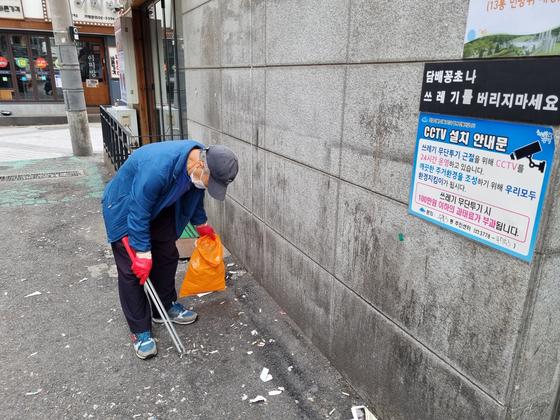 3일 오전 10시 서울 강북구 수유3동 인근 거리에서 구민 최영길(78)씨가 길거리에 버려진 담배꽁초를 줍고 있다. 이가람 기자