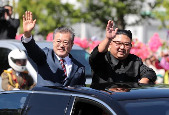 문재인 대통령과 김정은 북한 국무위원장이 2018년 9월 평양 시내를 카퍼레이드 하며 주민들에게 손을 들어 인사하는 모습. [연합뉴스]