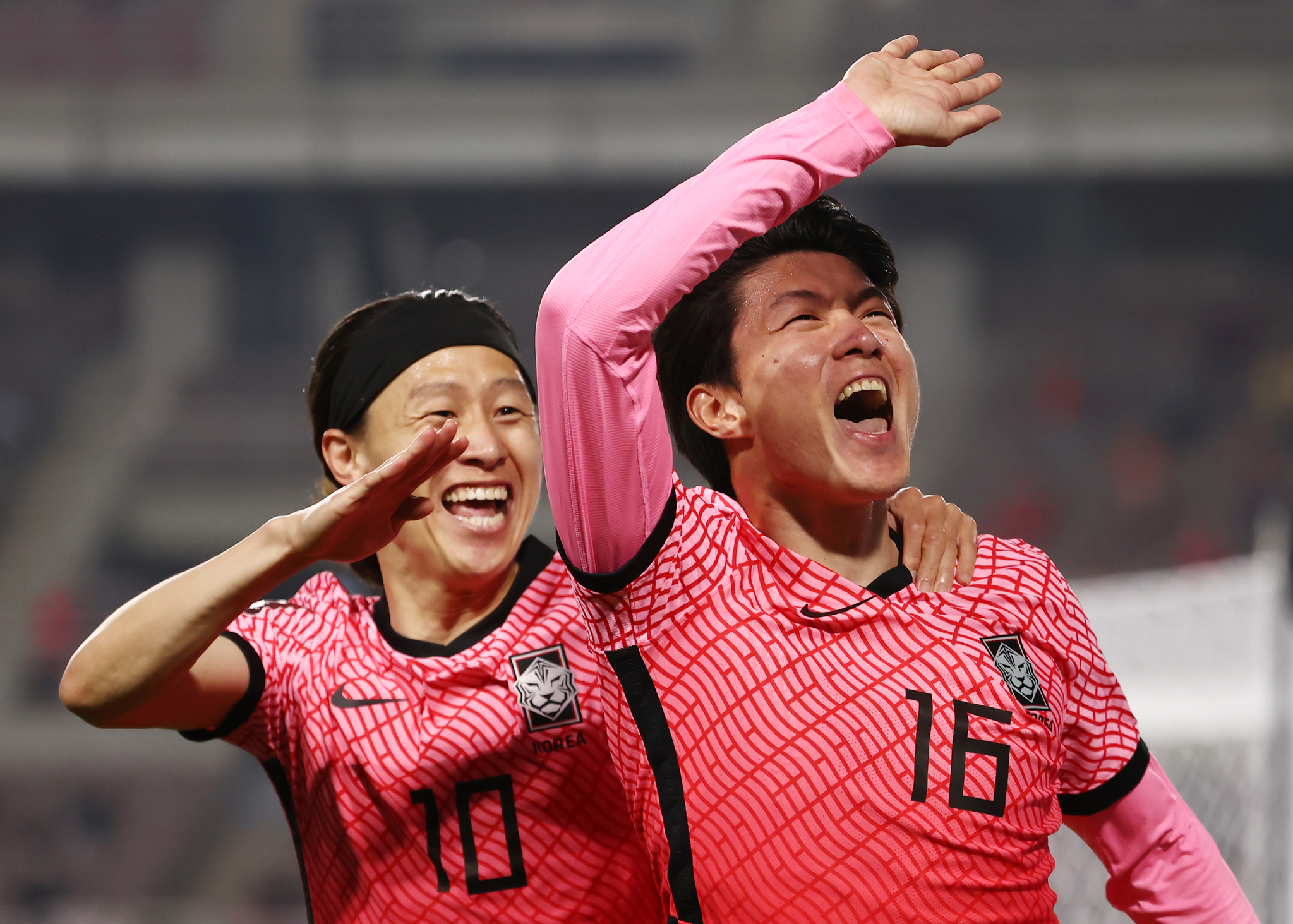 5일 고양종합운동장에서 열린 카타르 월드컵 2차 예선 대한민국 대 투르크메니스탄 경기. 황의조가 헤딩으로 선제골을 넣은 뒤 이재성과 함께 기쁨을 나누고 있다.[연합뉴스]