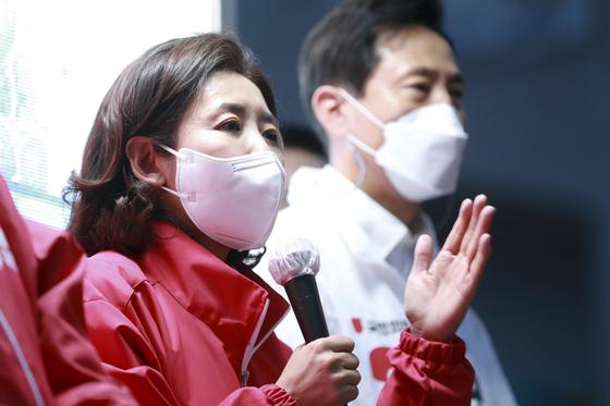 나경원 전 국민의힘 의원이 지난 3월 당시 오세훈 서울시장 후보의 유세에 참석해 지지를 호소하고 있다. 뉴스1