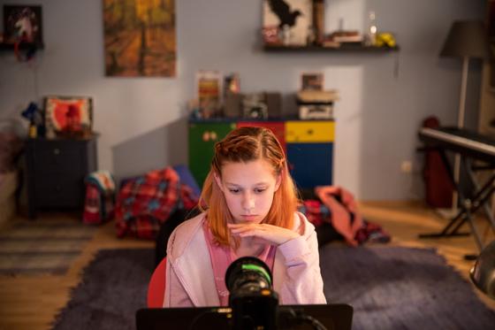 다큐 '#위왓치유'에서 12살로 가장해 디지털 성범죄 현실 조사에 참여한 배우 테레자 테슈카만. [사진 찬란]