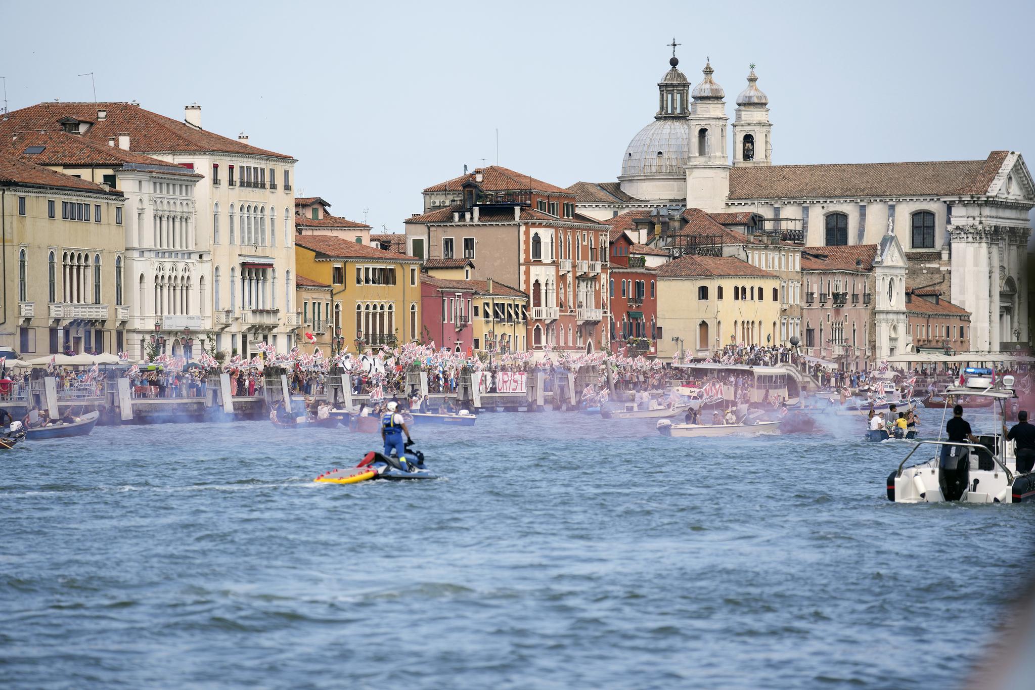 ″No Big Ships(큰 배는 안돼)″ 운동가들이 5일 MSC 오케스트라가 떠나는 베네치아 운하에서 시위를 벌이고 있다. AP=연합뉴스