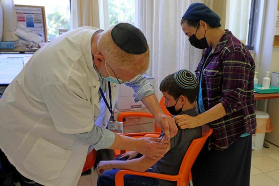 6일(현지시간) 이스라엘 예루살렘 미스가브라다흐 병원에서 한 어린이가 화이자-바이오엔테크의 코로나19 백신을 접종하고 있다. [AFP=연합뉴스]