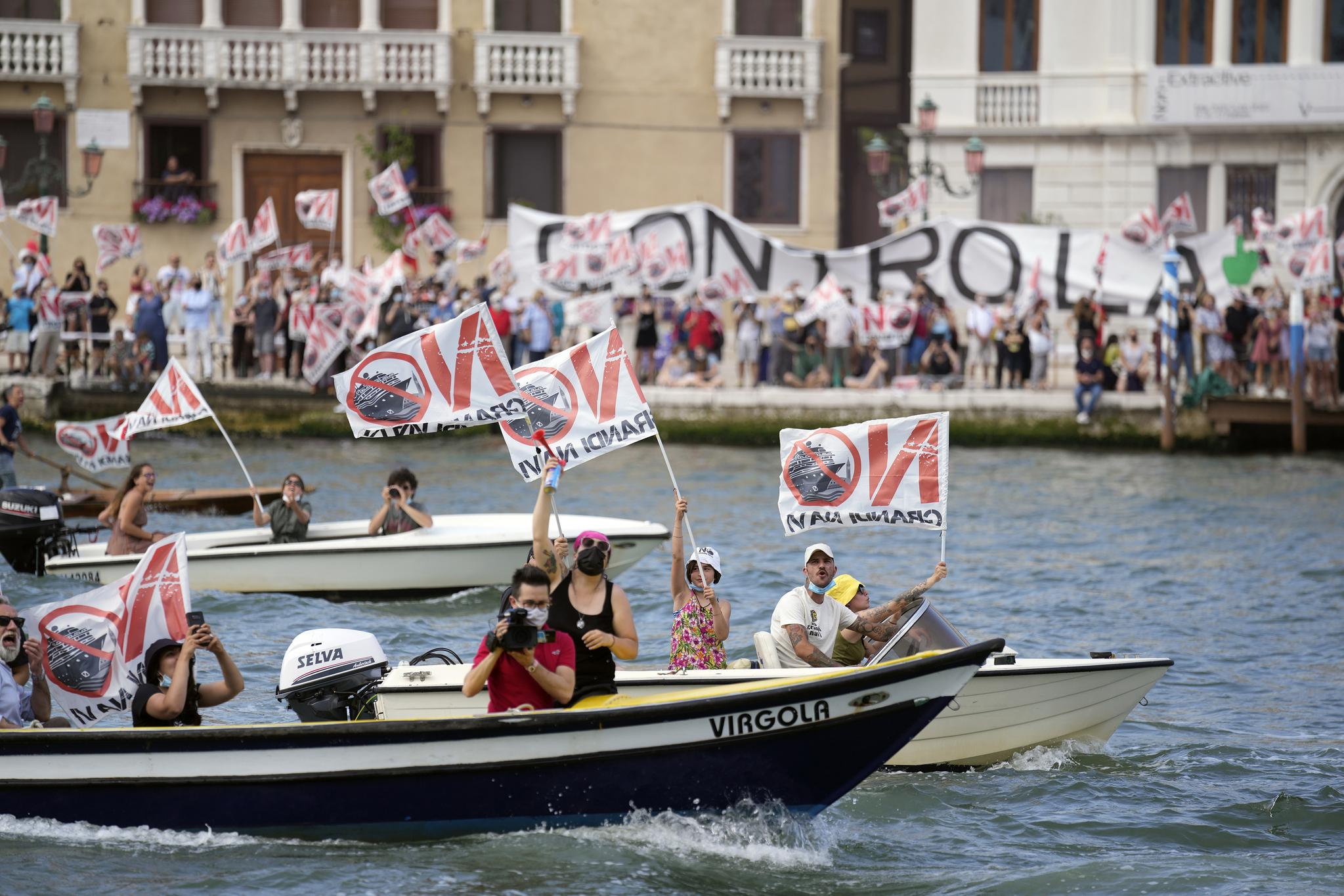 ″No Big Ships(큰 배는 안돼)″ 운동가들이 5일 MSC 오케스트라가 떠나는 베네치아 운하에서 수상 시위를 벌이고 있다. AP=연합뉴스
