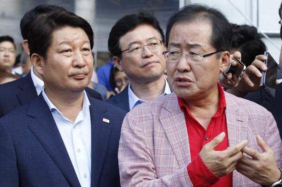 2017년 8월 16일 토크 콘서트에 앞서 대구 서문시장을 찾은 홍준표 당시 자유한국당 대표(오른쪽)가 권영진 대구시장과 이야기 나누고 있다. 프리랜서 공정식