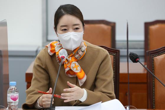 더불어민주당 강선우 의원이 2020년 11월 6일 서울 여의도 국회에서 열린 아동학대 관련 온라인 민생간담회에서 발언을 하고 있다. 연합뉴스