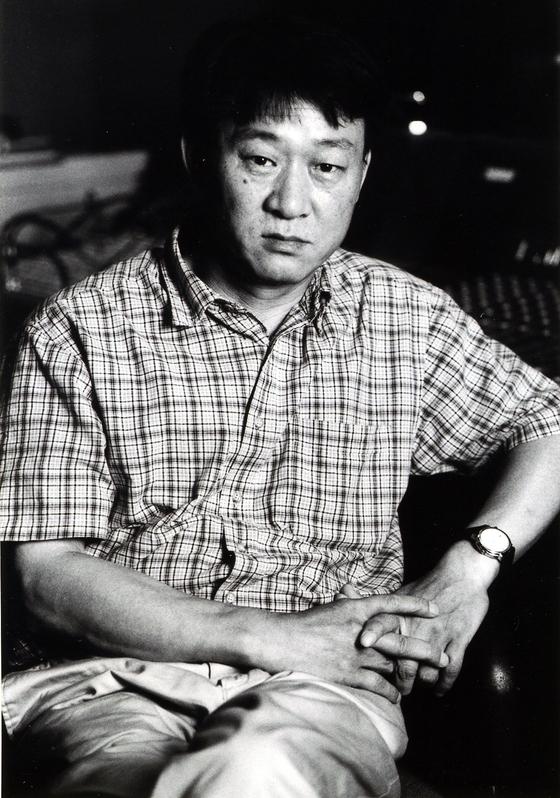 """대표곡 '아침이슬' 50주년을 맞은 김민기. 그가 대표로 있는 극단 학전 측은 """"'아침이슬'은 이제 나를 떠난 노래라고 누누히 밝혔던 만큼 이번 기념사업에도 나서지 않는다. 이제는 연출가로서 활동하고 있을 뿐이다""""라고 그의 뜻을 대신 전했다. [사진 학전]"""