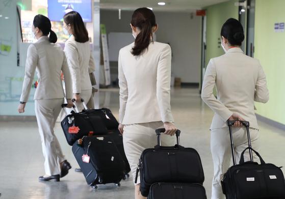 지난 2월 18일 서울 강서구 제주항공 서울지사에서 승무원들이 이동하고 있다. 연합뉴스