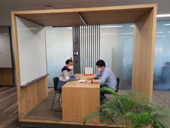 SK텔레콤 직원이 서울 종로구 센트로폴리스빌딩에 마련된 거점 오피스에서 사업 파트너와 미팅을 하고 있다. SK텔레콤