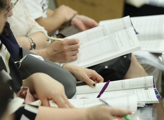 서울 양천구 목동청소년수련관에서 고교 입학설명회에 참석한 학부모들이 책자를 보고 있다. 연합뉴스