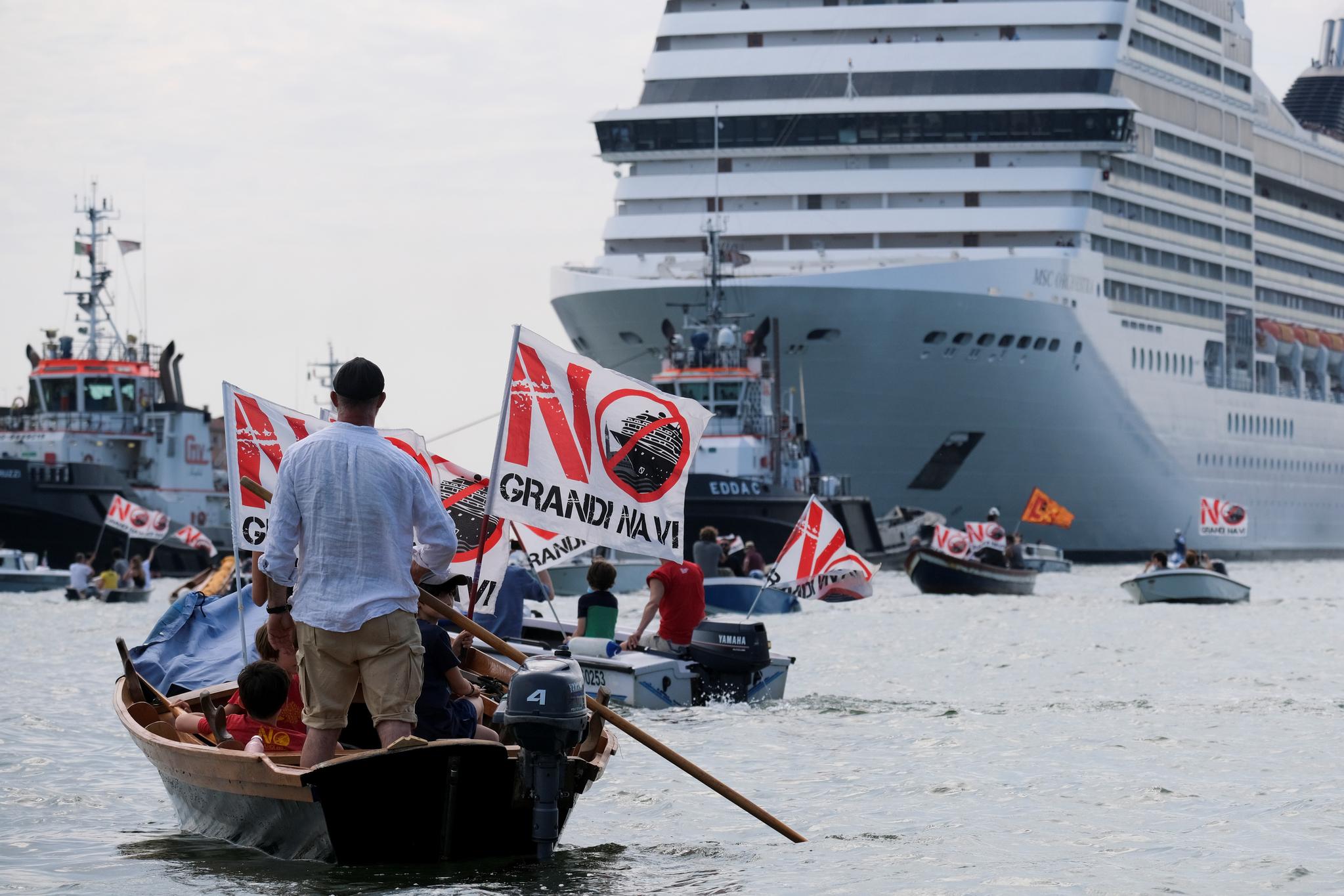 베네치아 시민들이 5일 베네치아를 떠나는 MSC 오케스트라 앞에서 크루즈선의 석호 통과를 반대하는 시위를 벌이고 있다. MSC 오케스트라는 코로나 대유행 이후 17개월만에 처음으로 베네치아에 도착한 대형 크루즈선이다. 로이터=연합뉴스