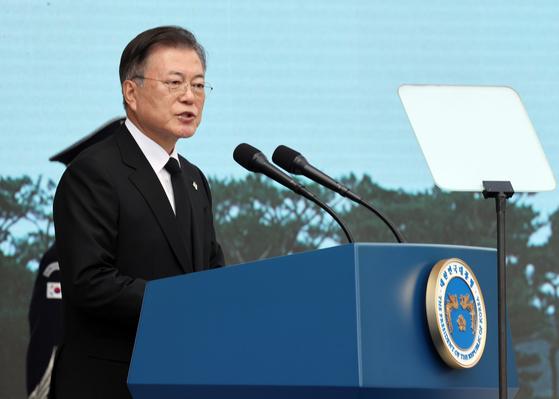 문재인 대통령이 6일 서울 동작구 국립서울현충원에서 열린 제66회 현충일 추념식에 참석해 추념사를 하고 있다. 뉴시스