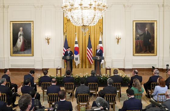 문재인 대통령과 조 바이든 미국 대통령이 21일 오후(현지시간) 한미정상회담 뒤 백악관 이스트룸에서 공동 기자회견을 하고 있다.[사진 청와대]