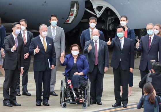 """태미 덕워스 미국 상원의원 등 연방 상원의원단은 6일 대만 타이베이 쑹산 공항에서 """"대만에 백신 75만 회분을 제공하겠다""""고 밝혔다. [EPA=연합뉴스]"""