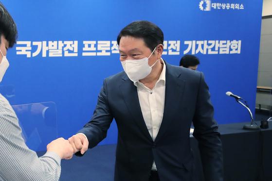 기자들과 주먹인사하는 최태원 대한상공회의소 회장. 연합뉴스