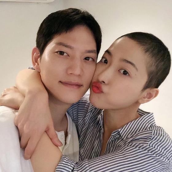 지난달 30일 혈액암 투병 중 사망한 유튜버 새벽(오른쪽)과 남자친구 민건씨. 사진 인스타그램