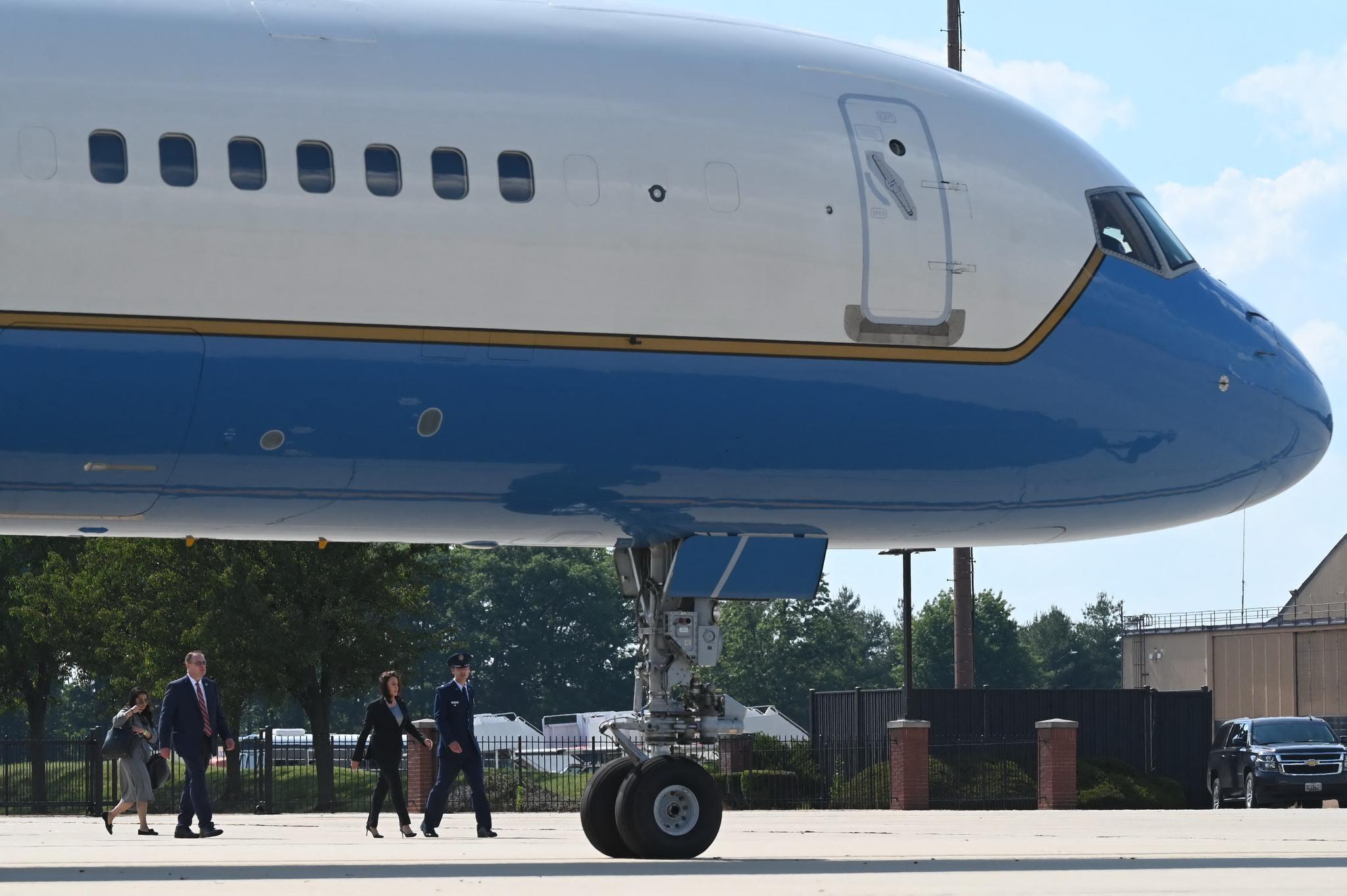 카멀라 해리스 미국 부통령이 6일(현지시각) 오후 매릴린드주 앤드루스 기지 터미널을 걸어나오고 있다. 해리스 부통령은 전용기를 타고 남미 순방에 올랐으나 전용기의 기술적인 문제로 30분만에 회항했다가 25분 뒤 비행기를 갈아타고 다시 순방에 올랐다. AFP=연합뉴스