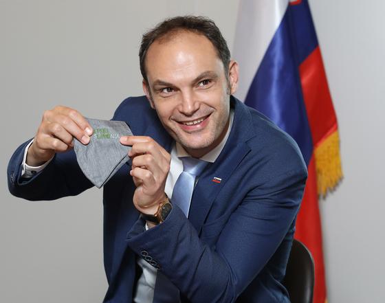 """7일 오전 서울 시내 호텔에서 중앙일보와 인터뷰하는 안제 로가르 슬로베니아 외교장관. 그는 자신의 마스크에 적힌 SLOVENIA 글씨를 가리키며 """"슬로베니아를 기억할 수 있는 가장 쉬운 방법은 나라 이름에 'LOVE'가 들어간다는 걸 생각하면 된다""""고 말했다. 박상문 코리아중앙데일리 기자"""
