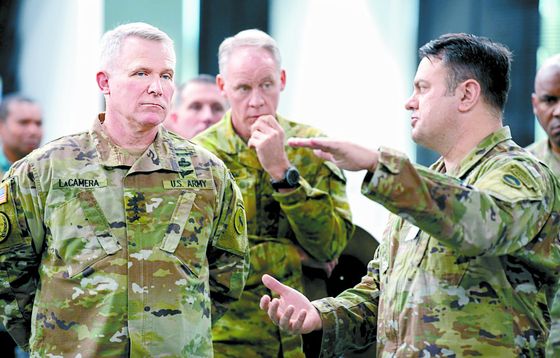 지난해 12월 주일 미군기지를 찾은 라캐머러 차기 한미연합사령관(왼쪽)이 조나단 하이트 주일 미군 부사령관의 설명을 듣고 있다. [미 육군 제공]