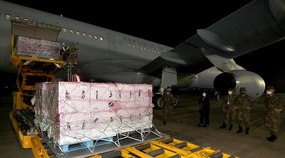 미국이 한국에 제공한 얀센 백신 101만 명 분을 실은 공군 다목적 공중급유수송기 'KC-330'이 5일 새벽 경기도 성남 서울공항에 도착했다. 백신에 미국 국기가 표시돼 있다. [뉴스1]