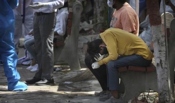 지난 4월 인도 수도 뉴델리의 코로나19 시신 화장장에서 친척의 죽음을 슬퍼하는 남성. 연합뉴스