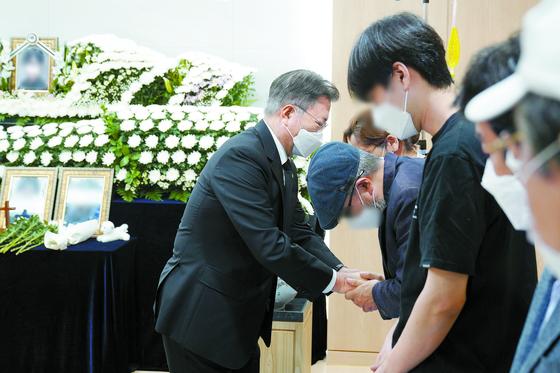 문재인 대통령이 6일 경기도 성남 국군수도병원에 마련된 고(故) 이모 부사관의 추모소를 찾아 조문한 뒤 유족을 위로하고 있다. [사진 청와대]