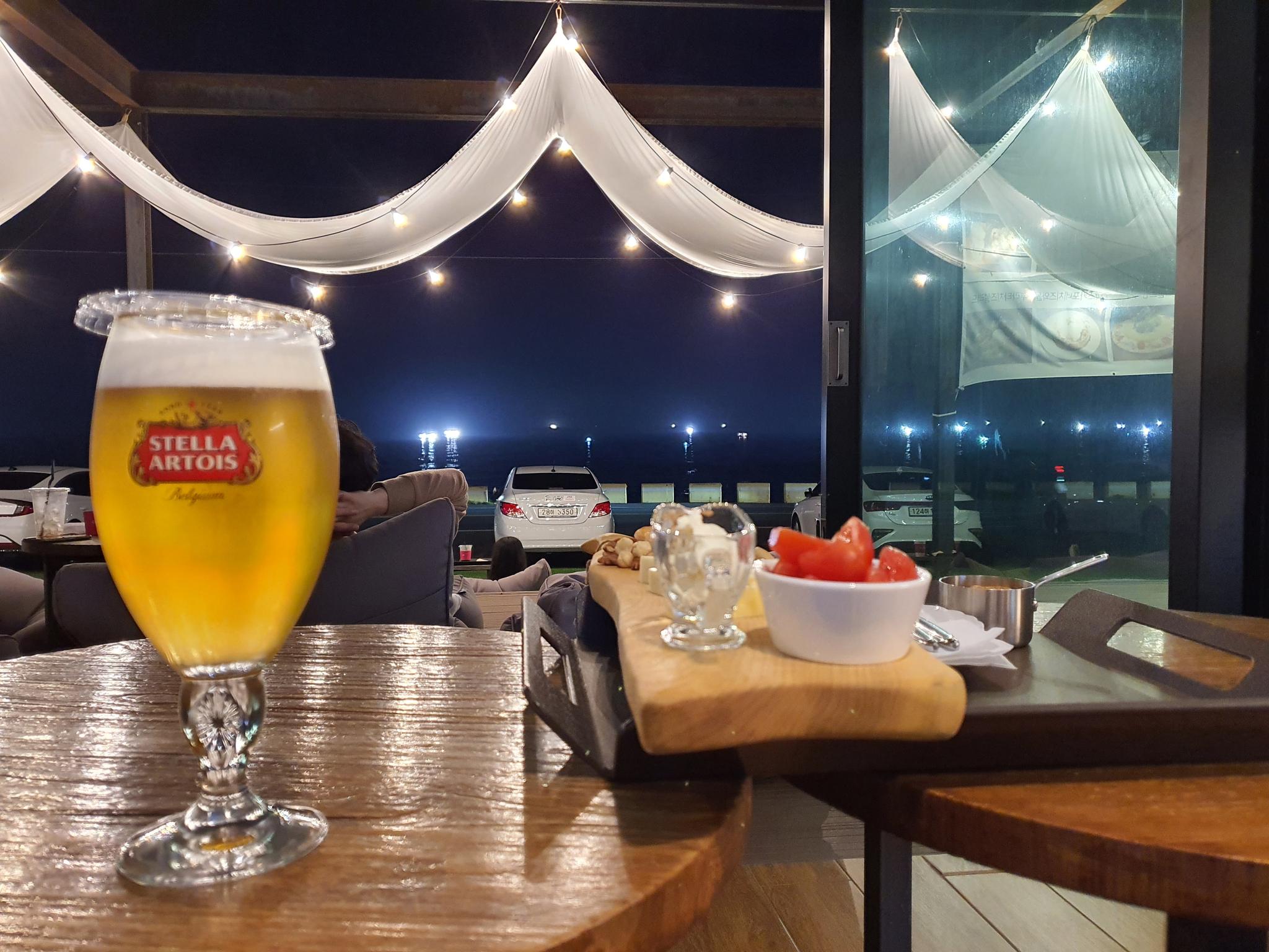 지난달 30일 제주시 애월읍의 한 호텔이 운영하는 카페에서 보이는 야경. 추인영 기자