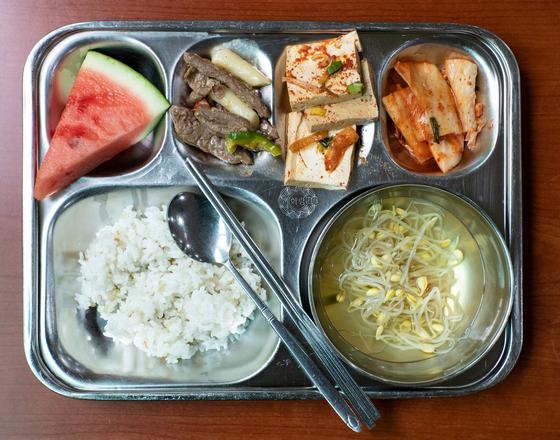 지난 6월 1일 오전 서울 노원구에 위치한 화랑초등학교에서 학생들이 먹는 채식 급식을 담은 식판. 정준희 인턴기자