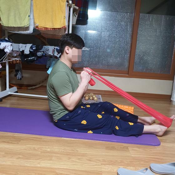 최근 집에서 재활중인 작업치료사 호영씨. 사진 김두경씨 제공