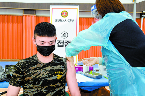 30세 미만 장병에 대한 코로나19 백신 접종이 시작된 7일 오전 해병대사령부에서 한 장병이 화이자 백신을 맞고 있다. [사진 국방부]