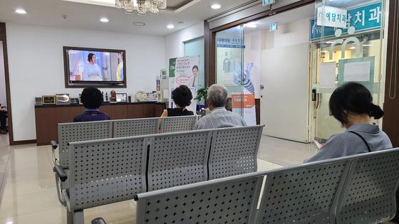 8일 오전 서울 노원구 중계동 '파티마 의원'에서 아스트라제네카(AZ) 백신을 맞은 접종자들이 이상반응 여부를 관찰하기 위해 거리두기한 채 대기하고 있다. 이태윤 기자