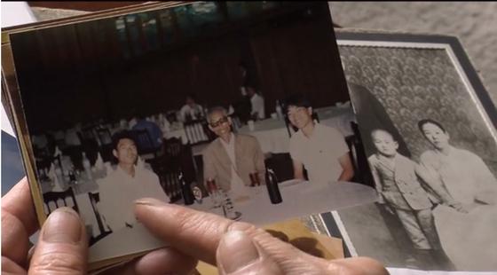 재미이산가족 상봉추진위원회가 2018년 11월 17일(현지시간) 개최한 '이산가족'(Devided Families) 다큐멘터리 시사회에서 이차희 사무총장이 북한에 남겨둔 가족들의 사진을 보는 장면. 연합뉴스