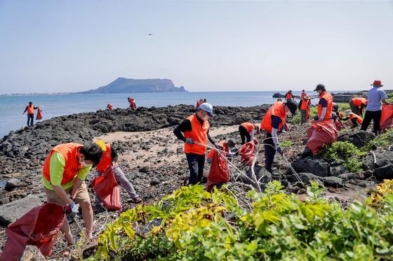 7일 제주도 서귀포시 성산읍 광치기 해변에서 해안정화활동을 벌이는 중앙그룹 봉사단. 프리랜서 고명수